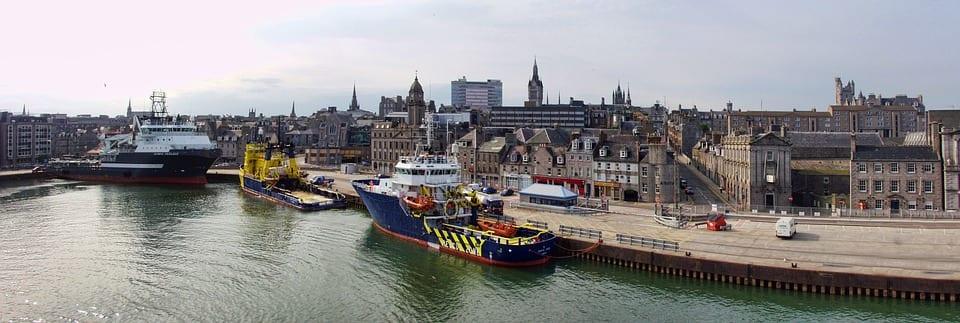 La ciudad de Aberdeen vista desde el muelle.  Fotografía cortesía de Graham H. vía pixabay.