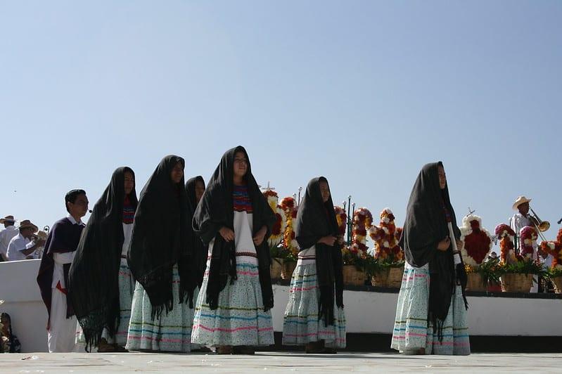 Delegación de las mujeres mixes. Imagen de Y. Music vía Flickr