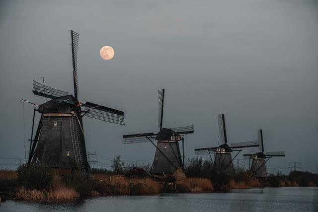 Molinos en Kinderdijk. Imagen de Kian Lem en Unsplash