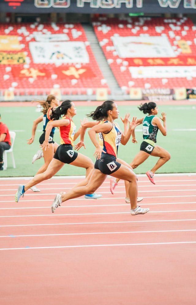 Mujeres atletas. Imagen de Jonathan Chng en Unsplash